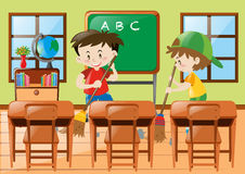 Twee jongens die het klaslokaal schoonmaken Stock Afbeeldingen