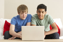 Twee Jongens die Laptop thuis met behulp van Royalty-vrije Stock Afbeeldingen