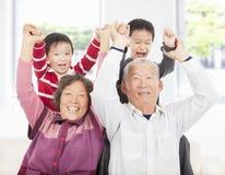 Twee jongens die met grootouders spelen stock fotografie