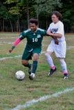 Twee jongens die middelbare schoolvoetbal spelen stock fotografie