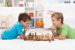 Twee jongens die schaak spelen Stock Foto's