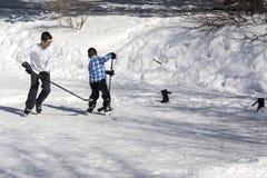 Twee jongens die van hasidim orthodoxe Jood hockey op ijs spelen royalty-vrije stock afbeelding
