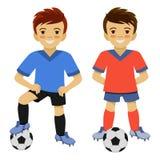 Twee jongens die voetbal spelen Voetballer met bal Stock Fotografie