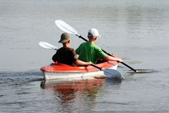 Twee jongens in een kano Stock Afbeeldingen