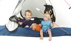 Twee jongens en hond het tenting Stock Afbeelding