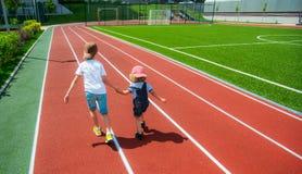 Twee jongens het lopen Stock Afbeelding