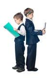 Twee jongens kleedden zich omhoog in kostuums die zich rijtjes bevinden Stock Foto