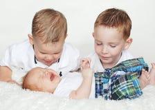 Twee Jongens letten op de Schreeuw van de Baby Stock Afbeelding