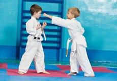 Twee jongens maken karateoefeningen Stock Foto