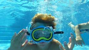 Twee Jongens Onderwater Zwemmen samen stock videobeelden