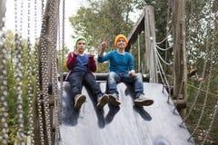Twee jongens op speelplaats Stock Foto's