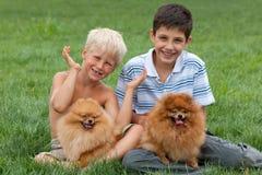 Twee jongens plus twee huisdieren Stock Fotografie