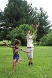 Twee jongens spelen met bol Stock Foto's