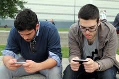 Twee jongens spelen met de telefoon Stock Foto