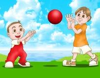 Twee jongens spelen rode bal Royalty-vrije Stock Afbeeldingen