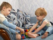 Twee jongens spelen speelgoed Royalty-vrije Stock Foto