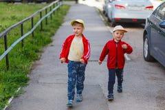 Twee jongens in sportenkleren voor gang Stock Fotografie