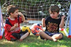 Twee jongens van vier jaar spreken over voetbal Royalty-vrije Stock Foto's