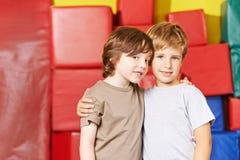 Twee jongens zijn vrienden in kleuterschool Stock Afbeeldingen