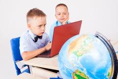 Twee jongens zitten op de computertrainingsschool royalty-vrije stock foto