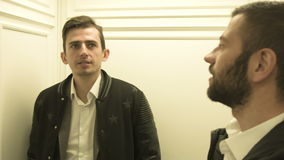 Twee jongeren lacht in de lift stock videobeelden