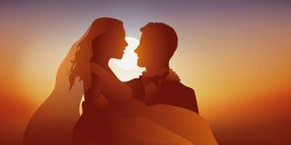 Twee jonggehuwden kussen bij zonsondergang royalty-vrije illustratie