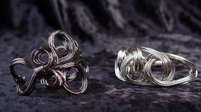 Twee juwelen verdraaide armbanden royalty-vrije stock afbeeldingen