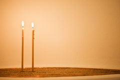Twee kaarsen in zand Stock Fotografie