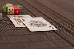 Twee kaarten dichtbij dek met dobbelt Stock Afbeelding