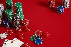 Twee kaarten en spaanders op een rode achtergrond Grote weddenschap van spelgeld Kaarten - de dame en de hefboom Uw distributie b royalty-vrije stock foto