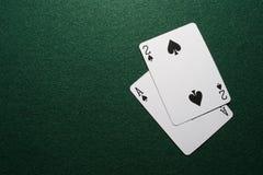 Twee kaarten op gevoeld groen Stock Foto's