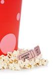 Twee kaartjes en popcornemmer Stock Fotografie