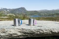Twee Kaffeetassen auf den Felsen stockbild