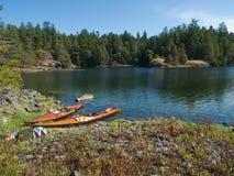 Twee kajaks op rotsachtige kust Stock Foto