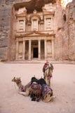 Twee kamelen voor Schatkist bij Petra Jordanië royalty-vrije stock foto's
