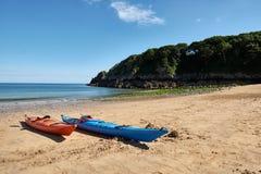 Twee kano's, Barafundle-Strand, Baai dichtbij Stackpole, Pembrokeshire, Wales, U K Royalty-vrije Stock Afbeeldingen