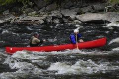 Twee Kanovaarders die op Hudson River Competing In The Huds paddelen royalty-vrije stock foto