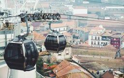 Twee karretjes van ropeway met erachter cityscape stock fotografie
