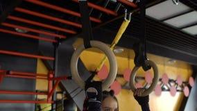 Twee Kaukasische sportvrouw die in de gymnastiek het opheffen gewichten uitwerken stock videobeelden