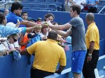 Twee keer Grote Slagkampioen Andy Murray van het Verenigd Koninkrijk die autographs na praktijk voor US Open 2013 ondertekenen Royalty-vrije Stock Foto's