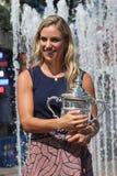 Twee keer Grote Slagkampioen Angelique Kerber van het stellen van Duitsland met US Opentrofee na haar overwinning bij US Open 201 Stock Fotografie