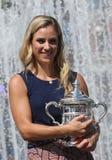 Twee keer Grote Slagkampioen Angelique Kerber van het stellen van Duitsland met US Opentrofee na haar overwinning bij US Open 201 Royalty-vrije Stock Fotografie