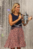Twee keer Grote Slagkampioen Angelique Kerber van het stellen van Duitsland met US Opentrofee na haar overwinning bij US Open 201 Royalty-vrije Stock Afbeeldingen