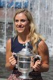 Twee keer Grote Slagkampioen Angelique Kerber van het stellen van Duitsland met US Opentrofee na haar overwinning bij US Open 201 Stock Foto