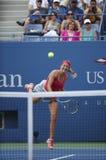 Twee keer het Grote dienen van Victoria Azarenka van de Slagkampioen tijdens kwartfinalegelijke tegen Ana Ivanovich bij US Open 2 Royalty-vrije Stock Fotografie