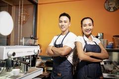 Twee kelners die zich in koffie bevinden winkelen stock afbeelding