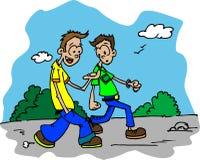 Twee kerels die onderaan de weg en het spreken lopen Royalty-vrije Stock Fotografie