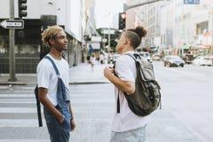 Twee kerels die uit in La hangen stock afbeeldingen
