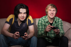 Twee kerels die videospelletjes spelen Stock Foto