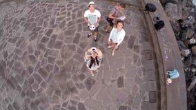 Twee kerels en twee meisjes lanceren een helikopter over het schilderachtige landschap van Spanje De Canarische Eilanden spanje stock videobeelden